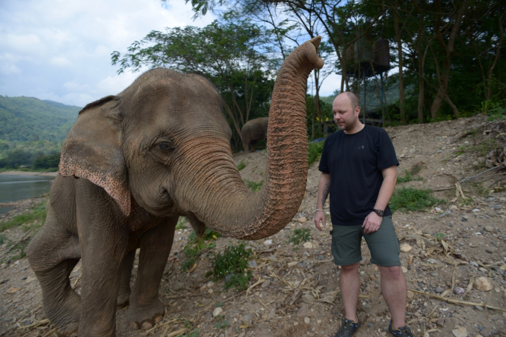 Craig Young with Medo at Elephant Nature Park November 2013 (Ridgen ©˙2013)